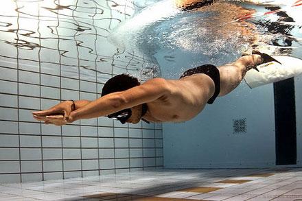 ныряние в бассейн