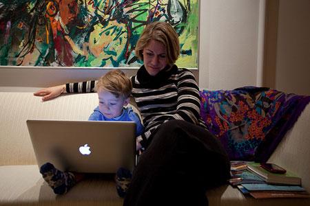 ребенок за ноутбуком