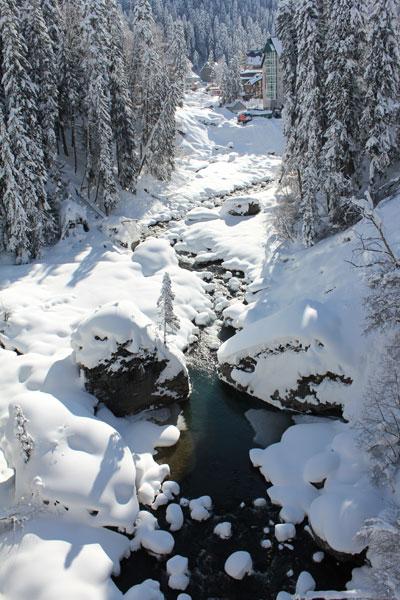 река в поселке Домбай