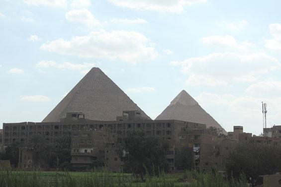 пирамиды видно прямо из Каира
