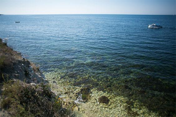 Обрывистый пляж с чистой водой