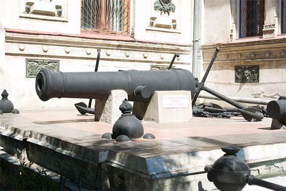 Старинная пушка в Севастополе