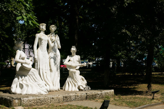 Статуи девушек-музыканток и певиц