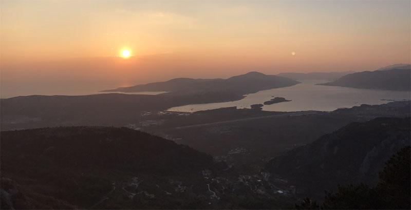 вид на Боко-Которскую бухту с горы Ловчен
