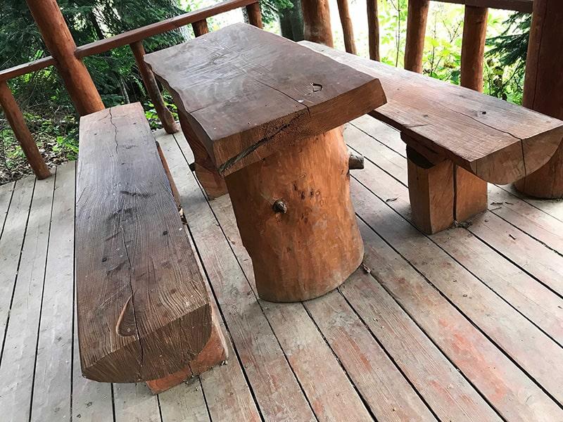 стол в лесной беседке
