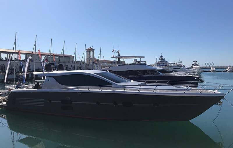 катер в морском порту Сочи
