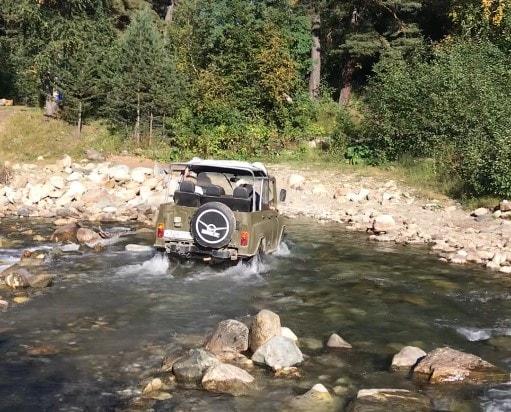 УАЗ едете через горную реку
