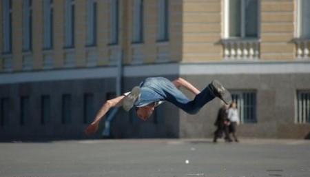 человек падает на асфальт
