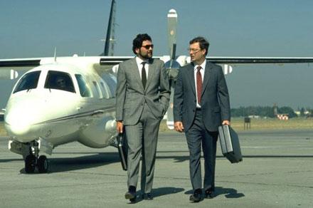 бизнесмены на фоне самолета