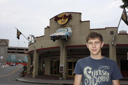 Hard Rock Cafe с торчащей машиной из крыши на Ниагарском водопаде