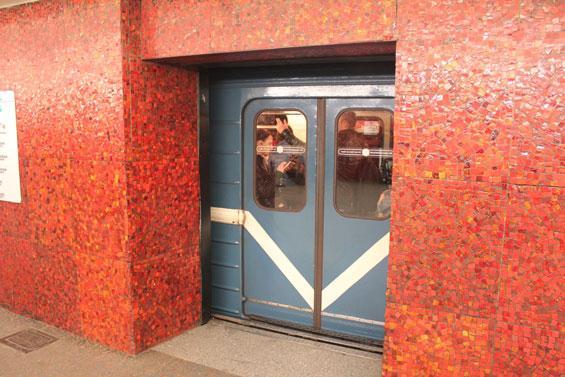 раздвижные двери на станции метро Маяковская