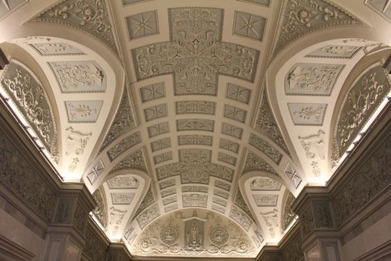 потолок в одном из залов Эрмитажа