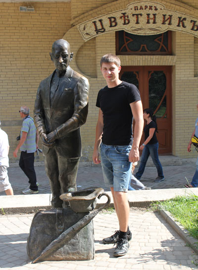 памятник Кисе Воробьянинову в парке Пятигорска - Цветник