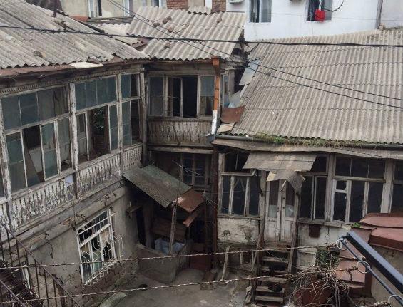 старая постройка в Тбилиси