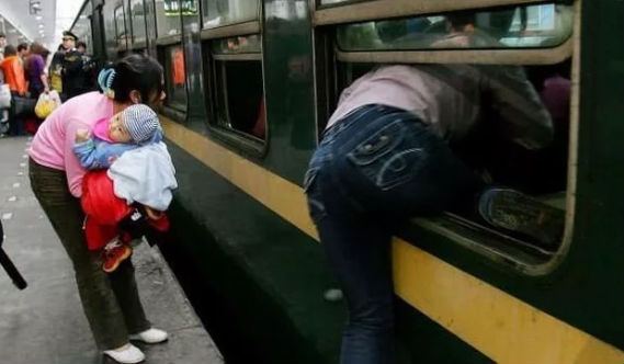 в поезд через окно